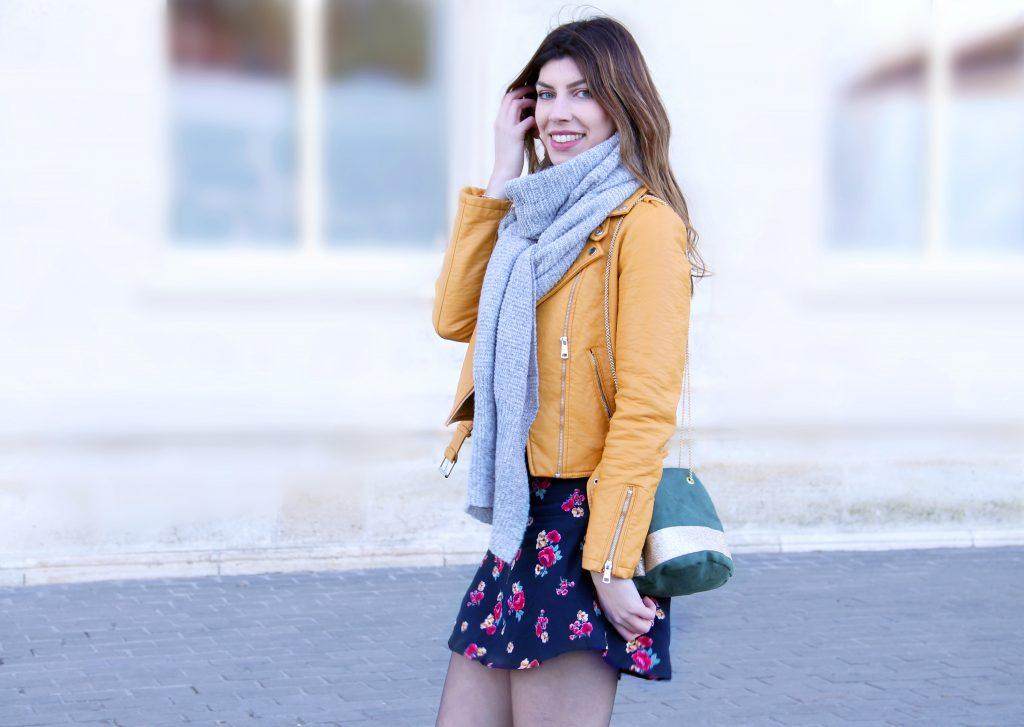 robe fleurie et perfecto jaune