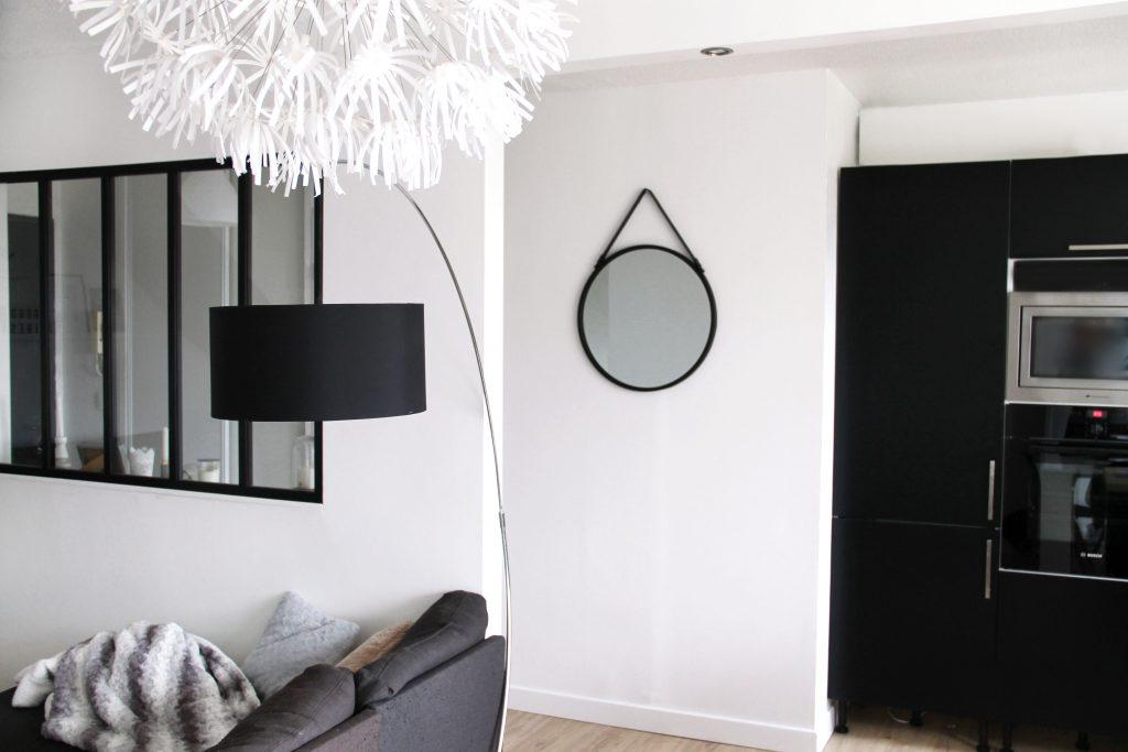 salon deco moderne industriel miroir rond noir