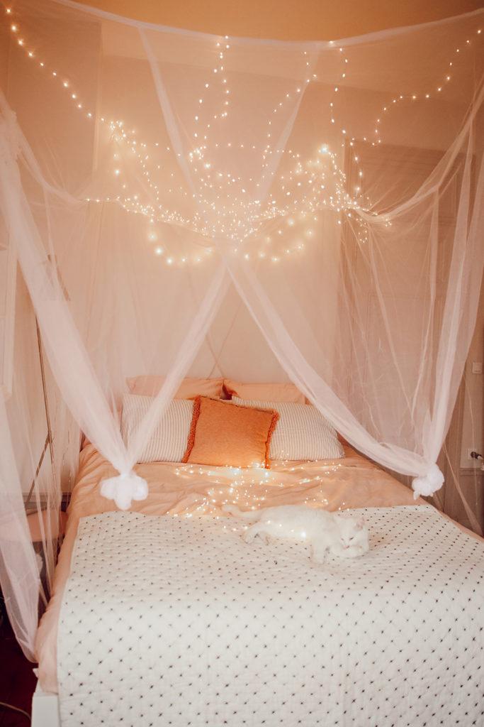 Chambre avec un ciel étoilé lumineux de princesse